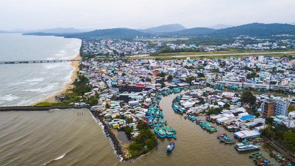 Một góc thị trấn Dương Đông với sông Dương Đông uốn lượn đổ ra biển